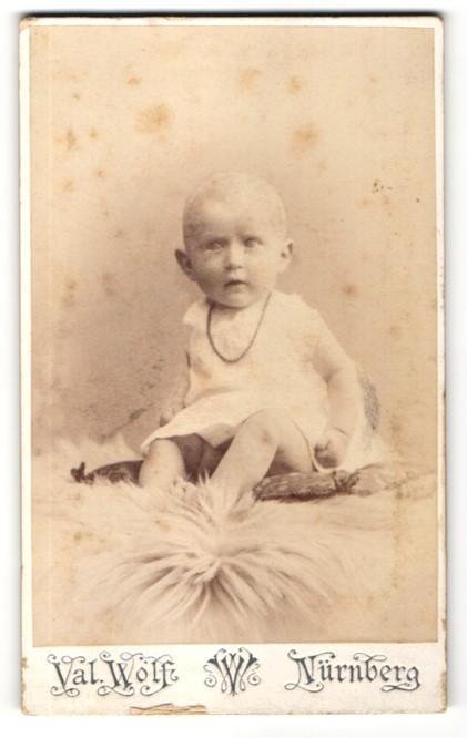 Fotografie Val. Wolf, Nürnberg, Portrait Säugling in Leibchen 0