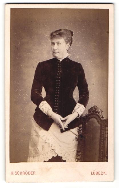 Fotografie H. Schröder, Lübeck, Portrait Dame in zeitgenöss. Kleidung 0