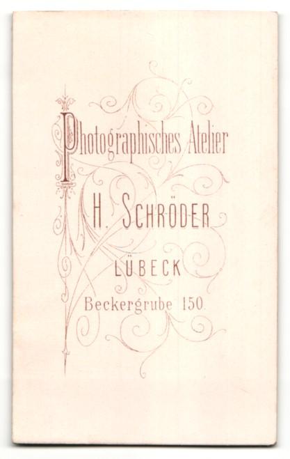 Fotografie H. Schröder, Lübeck, Portrait Dame in zeitgenöss. Kleidung 1