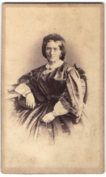 Fotografie August Leisner, Salzbrunn, Portrait Dame in feierlicher Kleidung 0