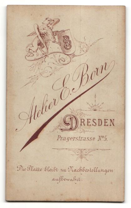 Fotografie E. Born, Dresden, Portrait charmant lächelndes Fräulein im geblümten Kleid mit Schleife 1