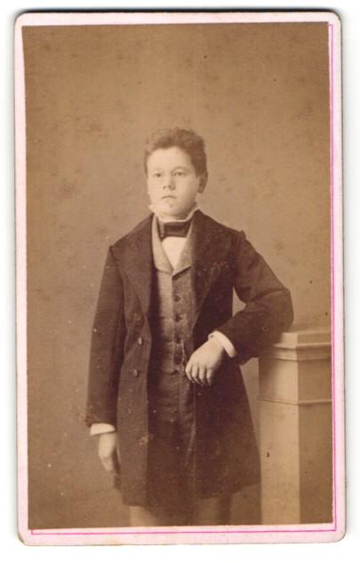 Fotografie R. Schneider, Bischofswerda, Portrait hübscher Knabe im eleganten Mantel 0