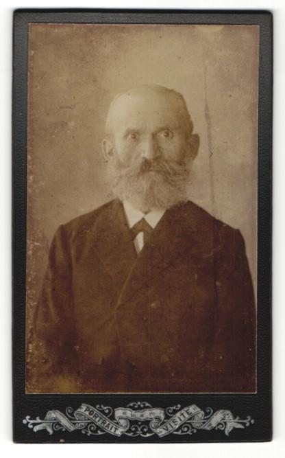 Fotografie Fotograf & Ort unbekannt, Portrait charmanter betagter Herr mit Vollbart im dunklen Jackett