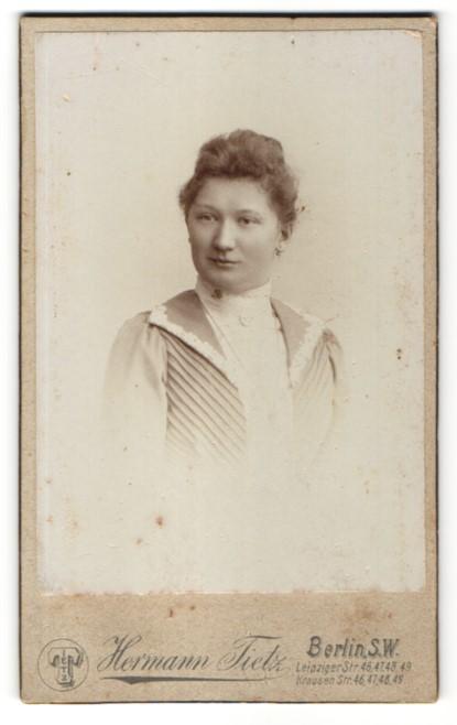 Fotografie Hermann Tietz, Berlin, Portrait brünette Schönheit in eleganter Bluse mit Brosche und Halskette 0
