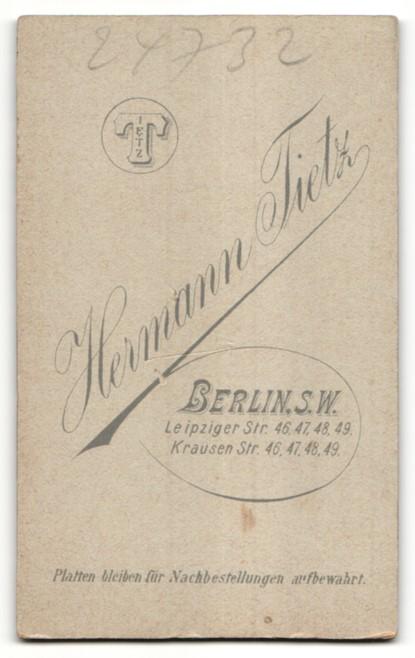 Fotografie Hermann Tietz, Berlin, Portrait brünette Schönheit in eleganter Bluse mit Brosche und Halskette 1