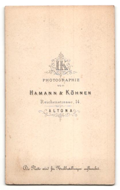 Fotografie Hamann & Köhnen, Hamburg-Altona, Portrait hübsche Dame mit Flechtfrisur, Ohrringen und Brosche 1