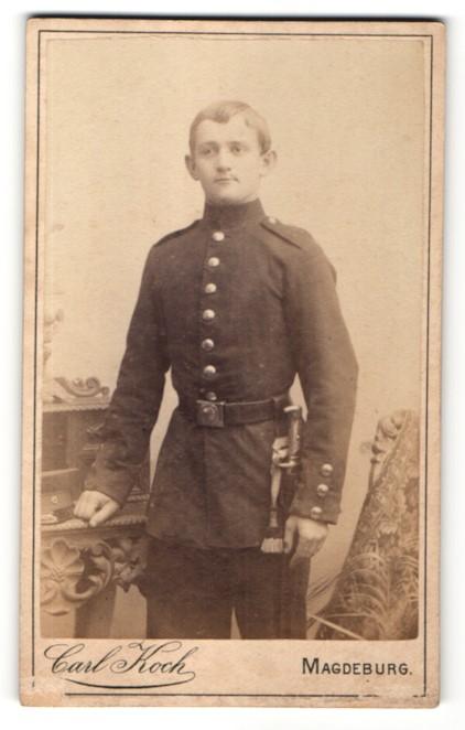 Fotografie Carl Koch, Magdeburg, Portrait junger charmanter Soldat in Uniform mit Dolch und interessantem Gürtel 0