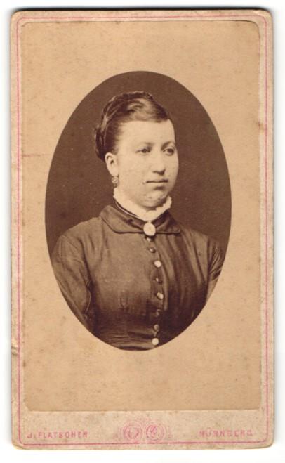 Fotografie J. Flatscher, Nürnberg, Portrait junge hübsche Frau mit Haarband, Ohrringen und Brosche am Kragen 0