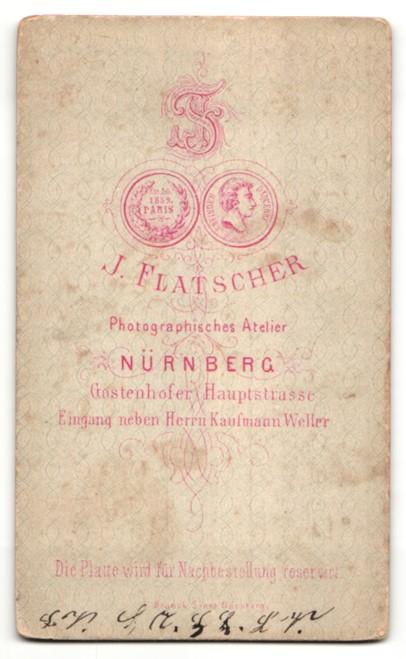 Fotografie J. Flatscher, Nürnberg, Portrait junge hübsche Frau mit Haarband, Ohrringen und Brosche am Kragen 1