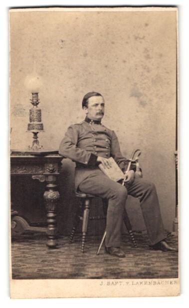 Fotografie J. Bapt. v. Lakenbacher, Wien, dunkelhaariger Soldat in Uniform mit Schwert und Buch 0