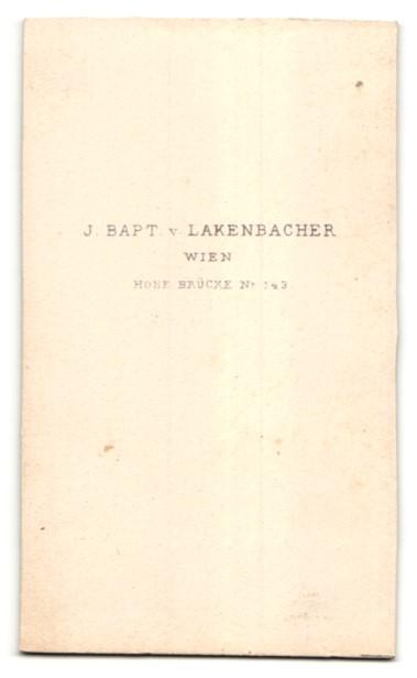 Fotografie J. Bapt. v. Lakenbacher, Wien, dunkelhaariger Soldat in Uniform mit Schwert und Buch 1