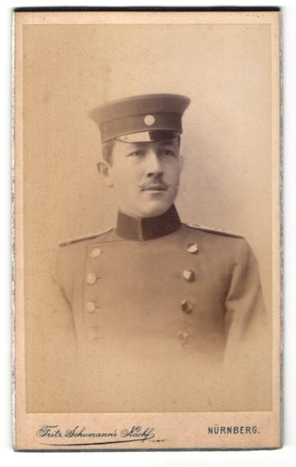 Fotografie Fritz Schumann's Nachf., Nürnberg, Portrait charmant blickender Soldat mit Schirmmütze in Uniform 0