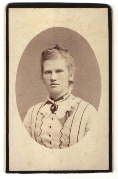 Fotografie Carlo Marcozzi, Milano, Portrait blondes Fräulein mit hochgestecktem Haar in bestickter Bluse