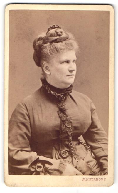 Fotografie C. Marcozzi, Milano, Portrait hübsche Dame mit Hochsteckfrisur in elegant gerüschter Bluse 0