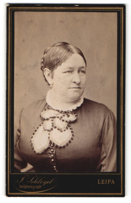 Fotografie J. Schlegel, Leipa, Portrait charmant blickende Dame mit Flechtfrisur und besticktem Halstuch 0