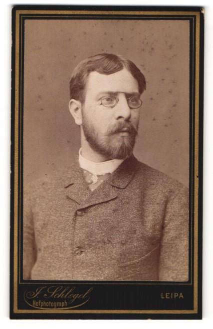 Fotografie J. Schlegel, Leipa, Portrait charmanter Herr mit Mittelscheitel, Schnurrbart und Brille