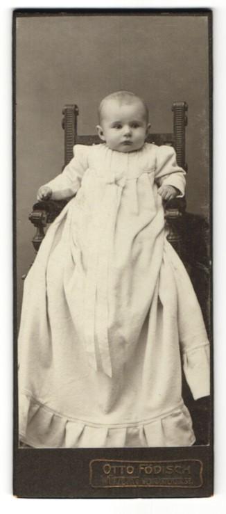 Fotografie Otto Födisch, Würzburg, zuckersüsses Baby im weissen Kleidchen 0