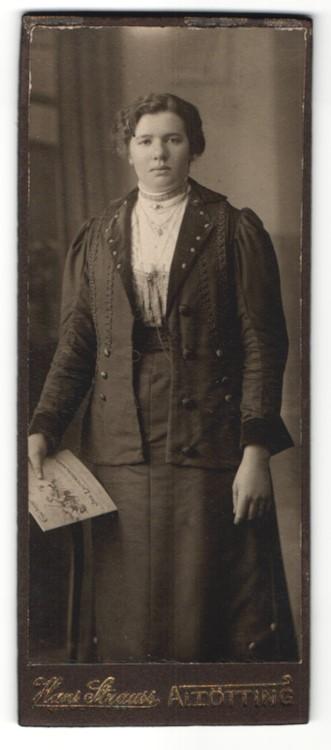 Fotografie Hans Strauss, Altötting, hübsche brünette Dame mit Zeitschrift in besticker Jacke 0