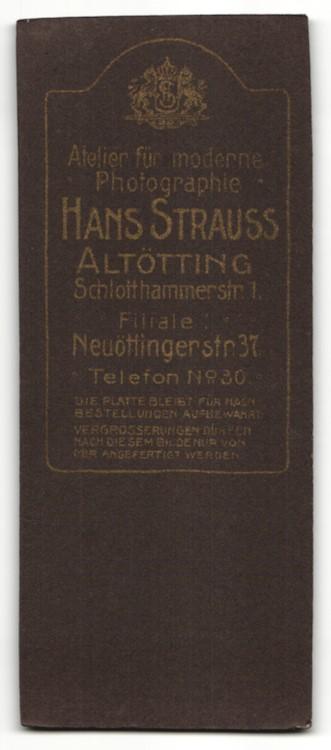 Fotografie Hans Strauss, Altötting, hübsche brünette Dame mit Zeitschrift in besticker Jacke 1