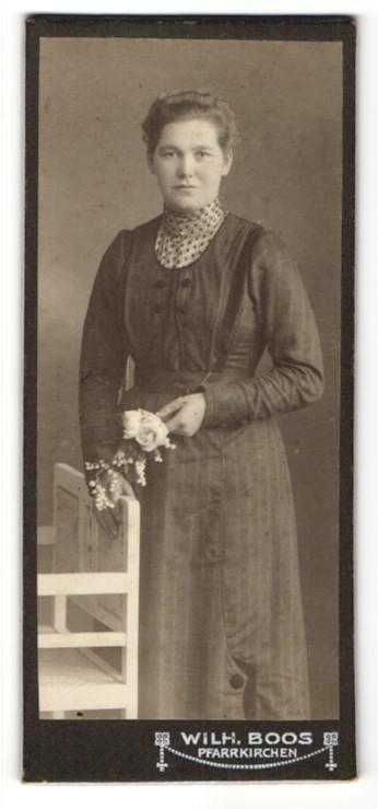 Fotografie Wilh. Boos, Pfarrkirchen, Portrait hübsches Fräulein mit Blumen im eleganten Kleid