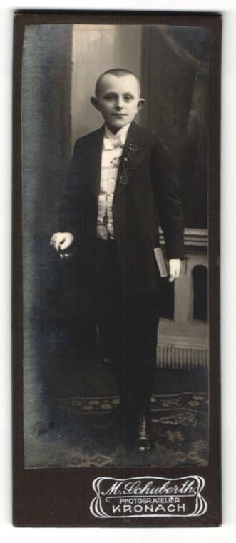 Fotografie M. Schuberth, Kronach, Portrait frecher Bube mit kurzem Haar und Ansteckblume am Jackett 0
