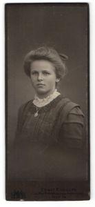Fotografie Ernst Rudolph, Hof i. B., Portrait blonde junge Schönheit mit Rüschen und Halskette