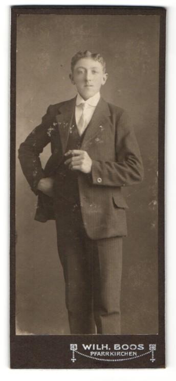 Fotografie Wilh. Boos, Pfarrkirchen, Portrait eleganter junger Mann mit Zigarette