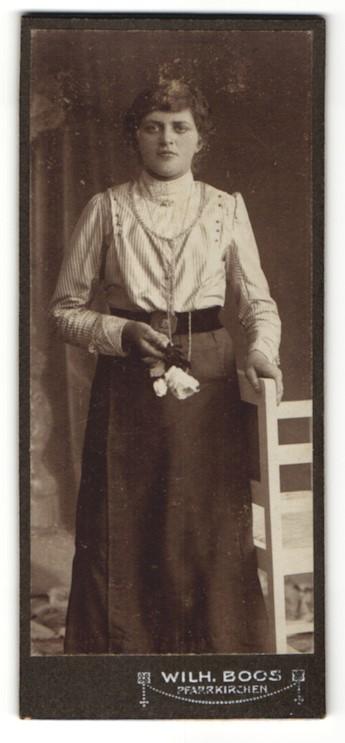 Fotografie Wilh. Boos, Pfarrkirchen, Portrait junge Frau mit Blume, Halskette und zurückgebundenem Haar