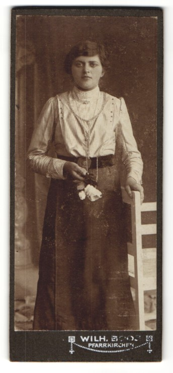 Fotografie Wilh. Boos, Pfarrkirchen, brünettes Fräulein mit Halskette in gestreifter Bluse