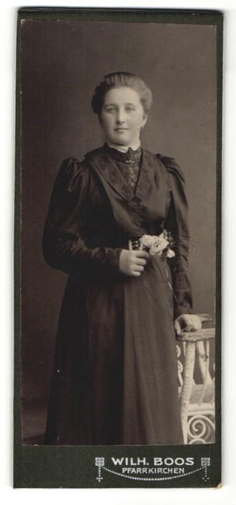 Fotografie Wilh. Boos, Pfarrkirchen, charmantes Fräulein mit Blume im prachtvollen Rüschenkleid 0