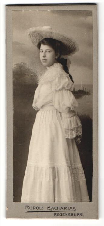 Fotografie Rudolf Zacharias, Regensburg, dunkelhaariges hübsches Fräulein mit Hut im weissen Rüschenkleid 0