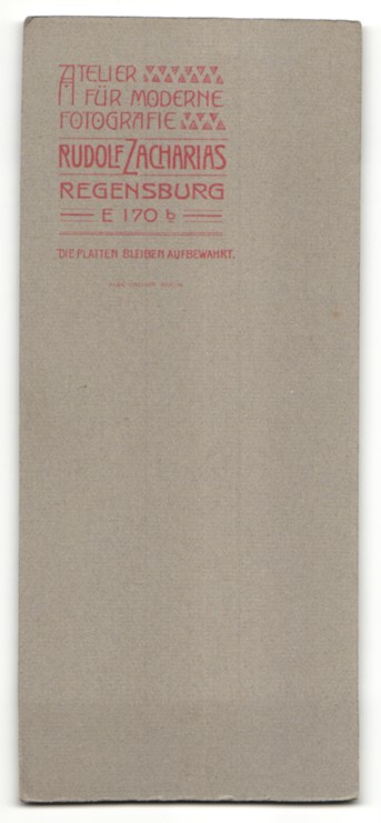 Fotografie Rudolf Zacharias, Regensburg, dunkelhaariges hübsches Fräulein mit Hut im weissen Rüschenkleid 1