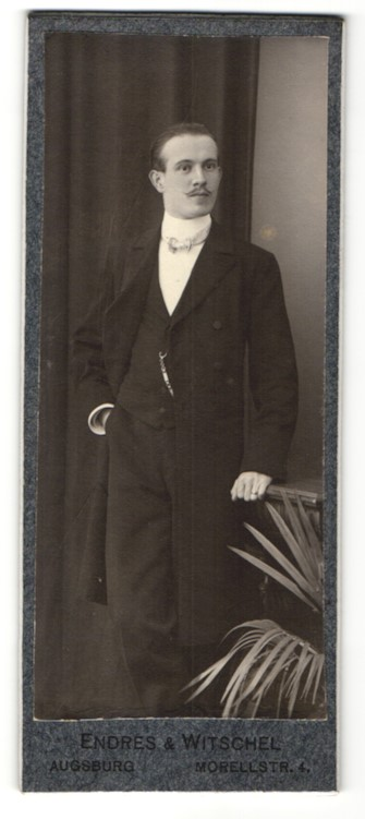 Fotografie Endres & Witschel, Augsburg, Portrait hübscher junger Mann mit Schnauzer im schwarzen Anzug 0