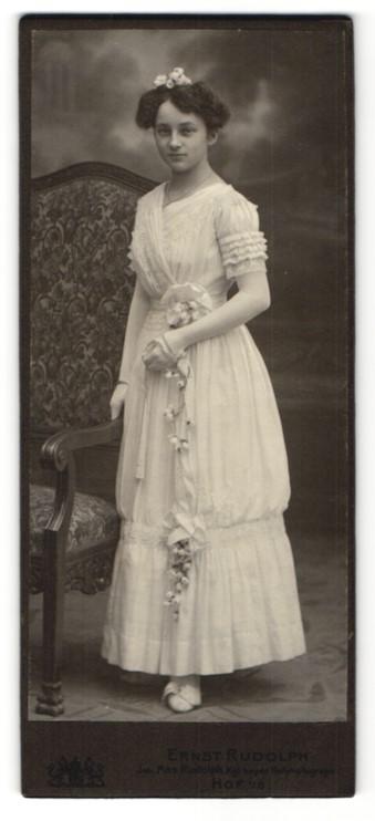 Fotografie Ernst Rudolph, Hof i. B., dunkelhaariges Fräulein mit Haarschmuck im weissen prachtvollem Kleid 0
