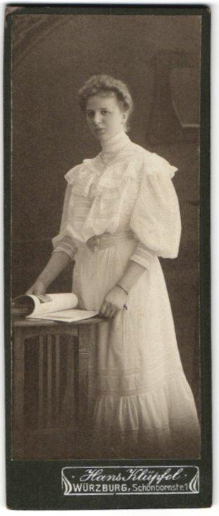 Fotografie Hans Klüpfel, Würzburg, Portrait blondes charmante Dame im weissen Rüschenkleid mit Zeitschrift 0