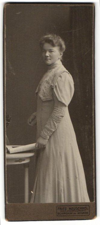 Fotografie Fritz Heuschkel, Schwerin i. M., charmant blickende junge Frau im elegant besticktem Kleid 0