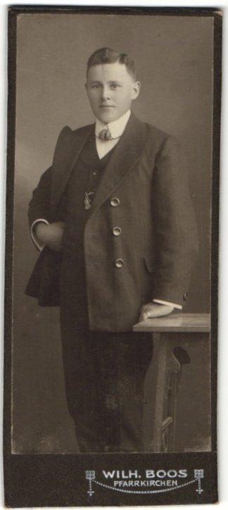 Fotografie Wilh. Boos, Pfarrkirchen, Portrait junger Mann mit charmanten Blick im eleganten Anzug
