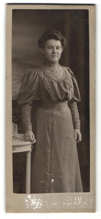 Fotografie August Lutz, Gera, lächelnde junge Frau mit hochgebundenem Haar im besticktem Kleid 0