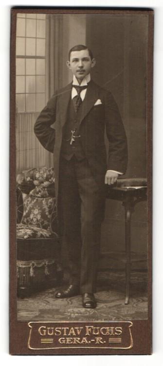 Fotografie Gustav Fuchs, Gera, Portrait dunkelhaariger junger Mann mit Schnauzer und Krawatte im Anzug 0