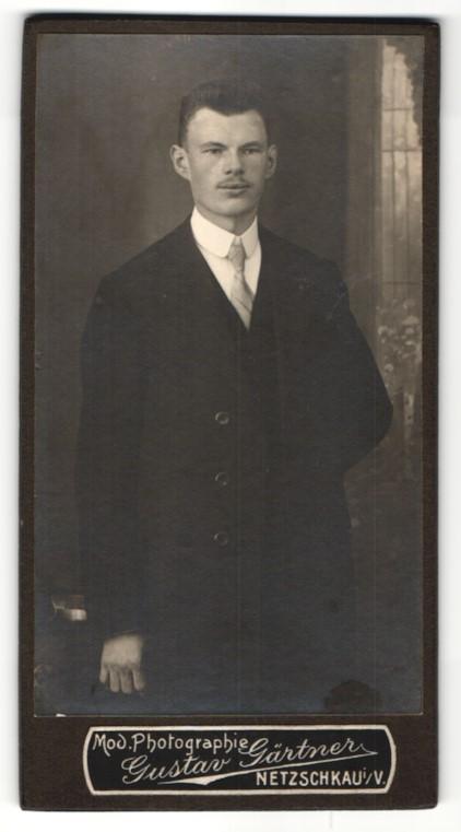 Fotografie Gustav Gärtner, Netzschkau i. V., Portrait dunkelhaariger junger Mann mit Oberlippenbart