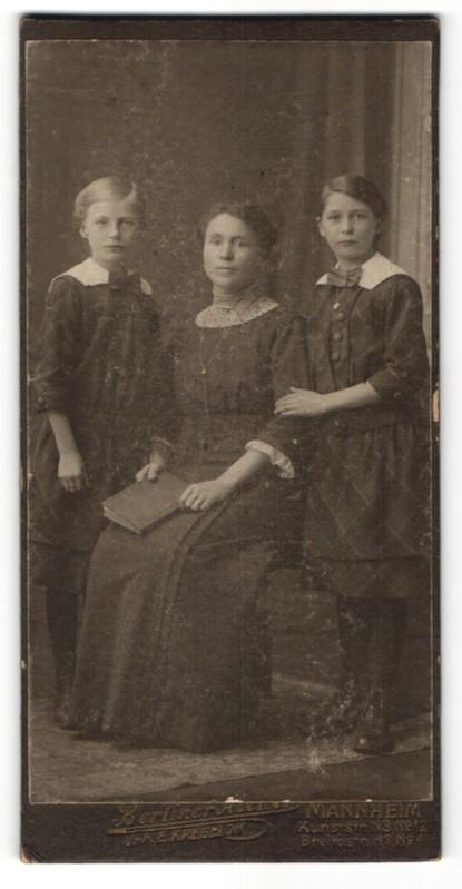 Fotografie E. Kregeloh, Mannheim, wunderschöne Mutter mit zwei bezaubernd süssen Mädchen in hübscher Kleidung 0