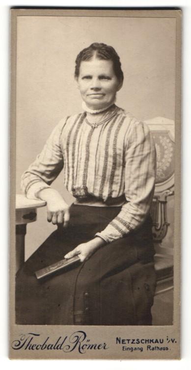 Fotografie Theobald Römer, Netzschkau i. V., charmant lächelnde Dame mit Buch in gestreifter Bluse 0