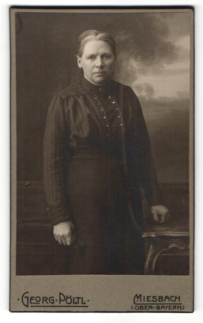 Fotografie Georg Pöltl, Miesbach i. Ober-Bayern, Portrait Frau in zeitgenöss. Kleidung