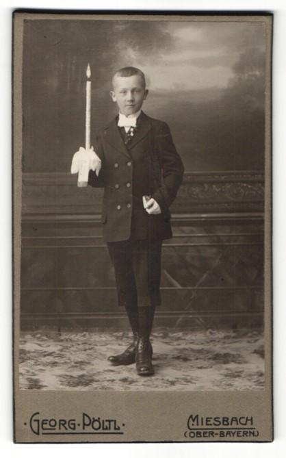 Fotografie Georg Pöltl, Miesbach i. Ober-Bayern, Portrait Bub in feierlicher Kleidung mit Kerze