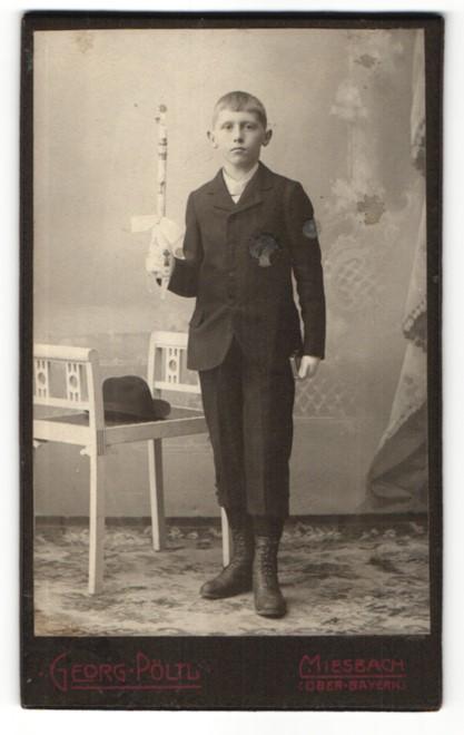 Fotografie Georg Pöltl, Miesbach i. Ober-Bayern, Portrait Knabe in feierlichem Anzug mit Kerze