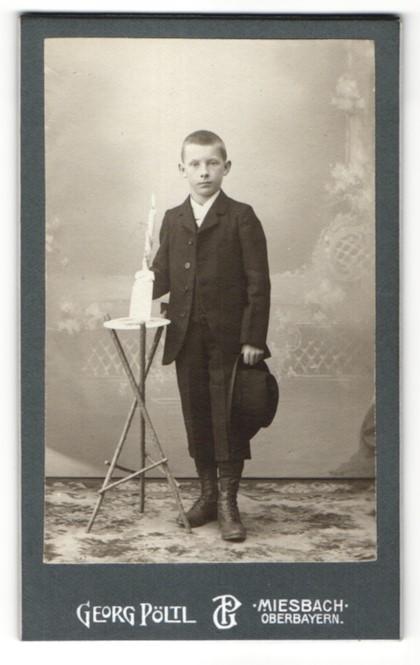Fotografie Georg Pöltl, Miesbach i. Ober-Bayern, Portrait Junge in Anzug mit Kerze 0