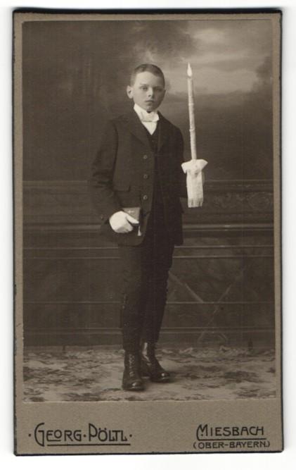 Fotografie Georg Pöltl, Miesbach i. Ober-Bayern, Portrait Bub in feierlicher Garderobe mit Kerze