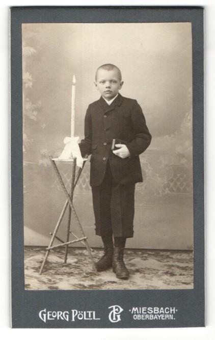 Fotografie Georg Pöltl, Miesbach i. Ober-Bayern, Portrait Knabe in feierlicher Garderobe mit Kerze 0