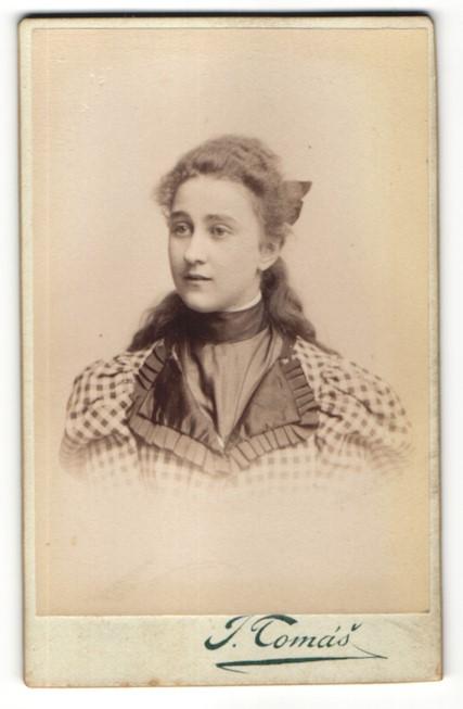 Fotografie T. Tomás, Prag, Portrait Fräulein mit zusammengebundenem Haar