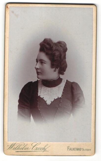 Fotografie Wilhelm Czech, Falkenau a/d Eger, Portrait junge Frau mit Hochsteckfrisur